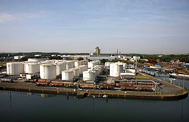 Tank and terminal facilities of Deutsche BP AG, storage tanks for various petroleum products, port of Gelsenkirchen, at the Rhine-Herne Canal, Gelsenkirchen, North Rhine-Westphalia, Germany, Europe