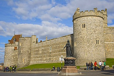 Statue of Queen Victoria against Curfew Tower and Salisbury Tower and west wall of Windsor Castle, Windsor, Berkshire, England, United Kingdom, Europe
