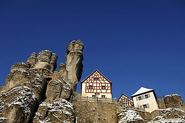 Fraenkische-Schweiz-Museum regional museum in the Judenhof, 18th century, with a cliff and blue skies, Tuechersfeld 30-39, cliff village Tuechersfeld, Upper Franconia, Bavaria, Germany, Europe