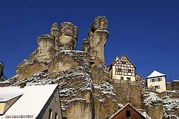 Fraenkische-Schweiz-Museum regional museum in the Judenhof, 18th century, with a cliff, snow and blue skies, Tuechersfeld 30-39, cliff village Tuechersfeld, Upper Franconia, Bavaria, Germany, Europe