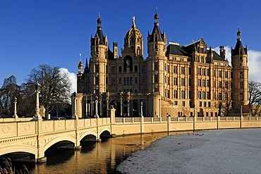 Palace bridge with frozen Burgsee lake and Schweriner Schloss castle, built from 1845 to 1857, romantic historicism, against a blue sky, Lennestrasse 1, Schwerin, Mecklenburg-Western Pomerania, Germany, Europe