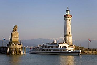 Ship Austria entering the harbor, harbor entrance, Bavarian lion, Neuer Lindauer Leuchtturm lighthouse, tour boat, Lindau, Lake Constance, Bavaria, Germany, Europe