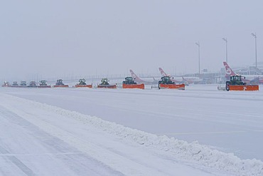 Snow, winter, snowplow, airplane, maneuvring area, taxiways, Terminal 1, Airport Munich, MUC, Bavaria, Germany, Europe