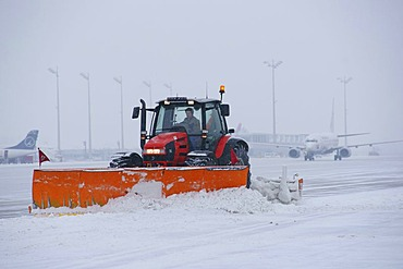 Snow, winter, snowplow, aircraft, maneuvring area, west, taxiways, Terminal 1, Airport Munich, MUC, Bavaria, Germany, Europe