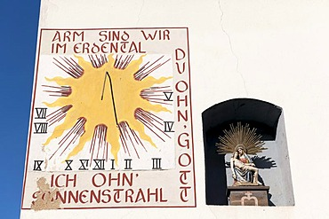 """Sundial with the inscription """"Arm sind wir im Erdental, du ohn' Gott, ich ohn' Sonnenstrahl"""", We are poor on earth, you without God, I without sunshine, Neumagen-Dhron, Moselle, Rhineland-Palatinate, Germany, Europe"""