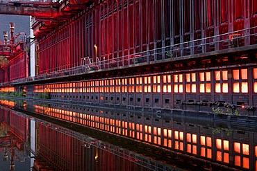 Night shot of the Kokerei Zollverein coking plant, UNESCO World Heritage Site, Route der Industriekultur Route of Industrial Heritage, Essen, Ruhrgebiet region, North Rhine-Westphalia, Germany, Europe