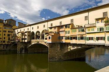 Shops on the Ponte Vecchio, 14th century bridge over the Arno river, Florence, Tuscany, Italy, Europe
