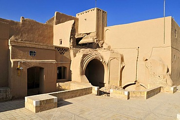 Crumbling adobe building in the historic town of Yazd, UNESCO World Heritage Site, Iran, Persia, Asia