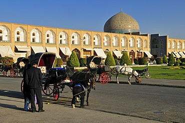Horse drawn carriages on Meidan-e Emam, Naqsh-e Jahan, Imam Square with Sheik Lotfollah, Lotf Allah Mosque, Esfahan, UNESCO World Heritage Site, Isfahan, Iran, Persia, Asia