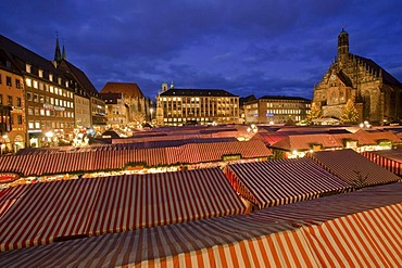 Christmas Market, Church of Our Lady, Hauptmarkt square, historic town, Nuremberg, Middle Franconia, Franconia, Bavaria, Germany, Europe