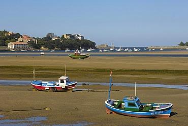 Fishing boats, Ria de San Vicente de la Barquera, Cantabria, Spain, Europe