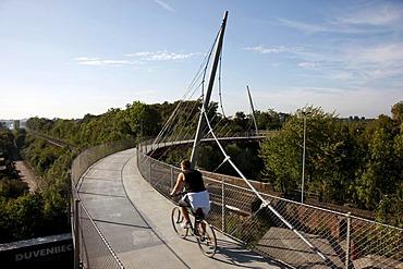 Erzbahnschwinge bridge at the Westpark in Bochum, Erzbahntrasse line, North Rhine-Westphalia, Germany, Europe