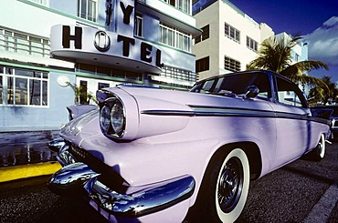 Packard parked in front of the Colony Hotel, American vintage car, Ocean Drive, South Beach, Art Deco District, Miami, Florida, USA