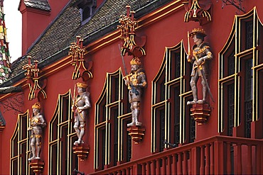 "Figures of the ""Four Habsburg rulers"" on the Historisches Kaufhaus historical department store, 1520, 24 Muensterplatz cathedral square, Freiburg, Baden-Wuerttemberg, Germany, Europe"
