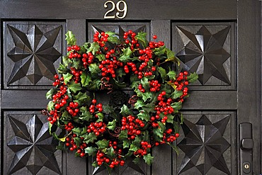 Wreath of Holly (Ilex) with red berries on the door of a house, Villa & Ambiente store, Im Weller, Nuremberg, Middle Franconia, Bavaria, Germany, Europe