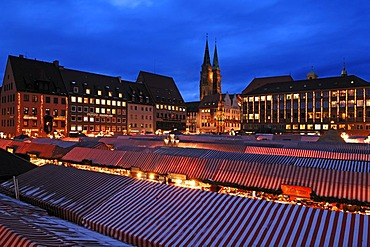 View of the Christkindlesmarkt Christmas market with evening lights, on the left the Sebalduskirche church, in the back the city hall and Schoener Brunnen fountain, Hauptmarkt square, Nuremberg, Middle Franconia, Bavaria, Germany, Europe
