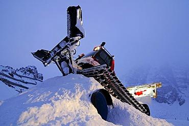 Snowcat, night duty, Schlick 2000 ski resort, Stubai Valley, Austria, Europe