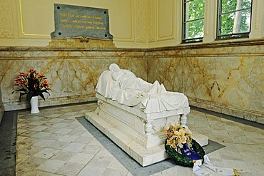 Grave figure of Queen Louise of Prussia, Princess of Mecklenburg-Strelitz, in the Luisentempel temple in the palace gardens, copy of the original by Christian Daniel Rauch, Neustrelitz, Mecklenburg Lake District, Mecklenburg-Western Pomerania, Germany, Eu