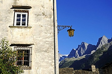 House in the mountain village of Soglio, at back the Bondasca group with Sciora, Piz Cengalo and Piz Badile, Val Bregaglia, Bergell Valley, Engadin, Grisons, Graubuenden, Switzerland, Europe