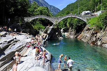 Ponte dei Salti bridge crossing the Verzasca River at Lavertezzo in the Verzasca Valley, Canton of Ticino, Switzerland, Europe