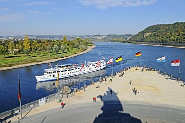 Excursion boat, Kaiser Wilhelm I monument, equestrian statue, flags, state flags, Deutsches Eck, German Corner, Moselle, Rhine, confluence, UNESCO World Heritage Kulturlandschaft Oberes Mittelrheintal cultural landscape of the Upper Middle Rhine Valley, K