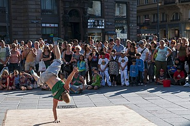 St. Stephen's Square, street artist and tourists, Vienna, Austria, Europe