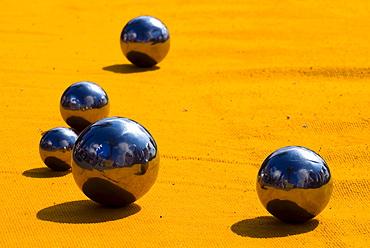 5 petanque balls