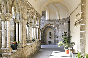 Gothic cloister in the former Franciscan monastery, Evora, UNESCO World Heritage Site, Alentejo, Portugal, Europe