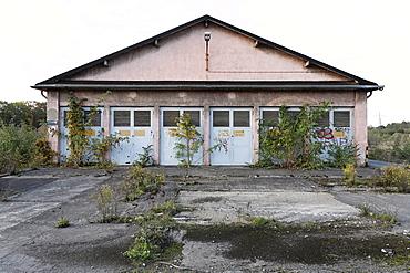 Vacant factory buildings, overgrown terrain, former Ausbesserungswerk repair shop of German Railways, vacant, closed in 2003, Duisburg-Wedau, North Rhine-Westphalia, Germany, Europe