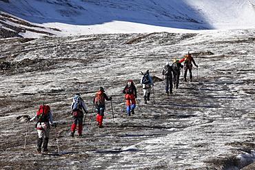Mountaineering group on Weissseeferner Glacier, Kaunertal, Oetztal Alps, Tyrol, Austria, Europe