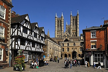 Lincoln Cathedral or St. Mary's Cathedral, 12th and 13th Century, Gothic-Romanesque, with surrounding houses, Minster Yard, Lincoln, Lincolnshire, England, UK, Europe