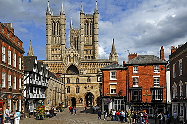 Lincoln Cathedral or St. Mary's Cathedral, 12th and 13th Century, Gothic-Romanesque style, with surrounding houses, Minster Yard, Lincoln, Lincolnshire, England, United Kingdom, Europe