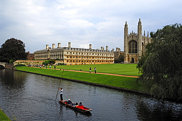 Cruise on the Cam river, called Punting, with building and chapel of King's College, King's Parade, Cambridge, Cambridgeshire, England, United Kingdom, Europe