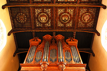 Old organ and coffered ceiling of the Trinity College Chapel in Trinity College, founded by Henry VIII in 1546, Trinity Street, Cambridge, Cambridgeshire, England, United Kingdom, Europe