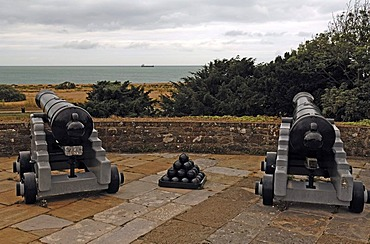 Old guns pointed towards the sea on the roof of Walmer Castle, 1540, Walmer, Deal, Kent, England, United Kingdom, Europe