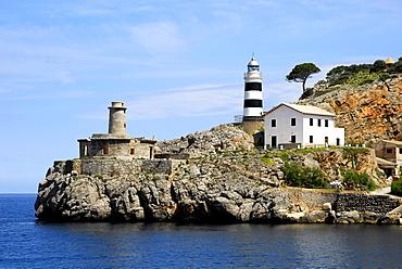 Lighthouse at the harbour entrance, Puerto Soller, Port de Soller, Mallorca, Majorca, Balearic Islands, Mediterranean Sea, Spain, Europe