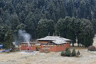 Tibetan Dachang Lhamo Kirti monastery, Tibetan Taktsang Lhamo Kirti Gompa, in front of the snowy mountains, Langmusi, Sichuan, Gansu, China, Asia