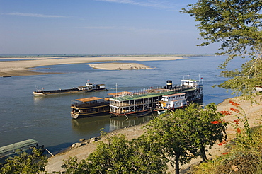 River steamer on the Ayeyarwady River, Irrawaddy, Bagan, Pagan, Burma, Myanmar, Asia