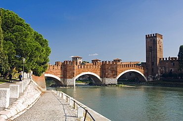 Ponte Scaligero or Castelvecchio Bridge over the Adige River, Castelvecchio, Verona, Veneto, Italy, Europe