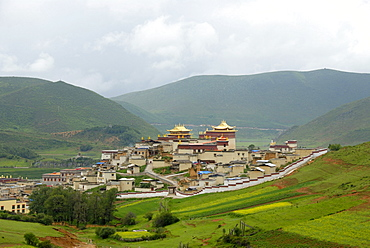 Tibetan Buddhist, monastery with walls, temples, hilly landscape, Monastery Ganden Sumtseling Gompa, Zhongdian, Shangri-La, Yunnan Province, People's Republic of China, Asia