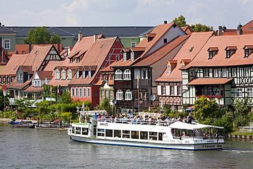 Excursion boat on the Pegnitz River, Little Venice, former fishermen's houses, Bamberg, Franconia, Bavaria, Germany, Europe