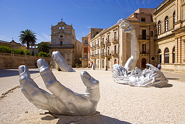 """Modern Art by Seward Johnson """"The Awaking"""", Piazza Duomo square, cathedral on Ortigia island, the old town of Syracuse, Sicily, Italy, Europe"""