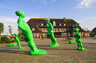 """Tilted sculptures, """"Reisende Riesen im Wind"""", """"Travelling giants in the wind"""", by the artist Martin Wolke, in front of the station of Westerland on Sylt island, Schleswig Holstein, Germany, Europe"""