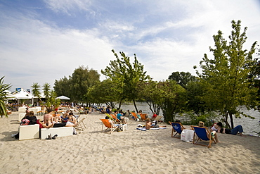 """""""Strandgut"""" beach bar at the """"eastern beach"""" on the banks of the Spree river behind the East Side Gallery in Friedrichshain, Berlin, Germany, Europe"""