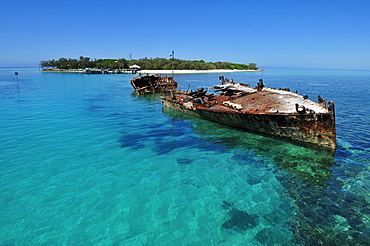 Shipwreck in front of Heron Island, Capricornia Cays National Park, Great Barrier Reef, Queensland, Australia