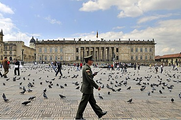 Soldier in front of National Capitol, Capitolio Nacional, Bolivar Square, Plaza de Bolivar, Bogota, Colombia, South America