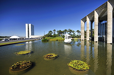 Congresso Nacional Congress building, left, and Itamaraty Palace, the Ministry of Foreign Affairs, right, designed by the architect Oscar Niemeyer, Brasilia, Distrito Federal, Brazil, South America