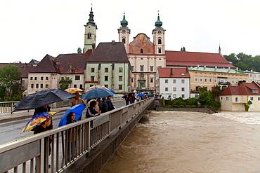 Onlookers, Enns floodwater in Steyr, Upper Austria, Austria, Europe