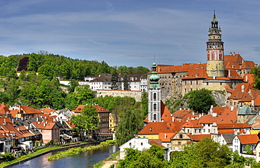 View of the historic town and Vltava river, with St. Jodokus tower and tower of Cesky Krumlov castle, Cesky Krumau, UNESCO World Heritage Site, Bohemia, Czech Republic, Europe