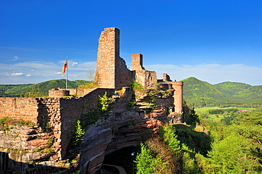 View from the Tanstein castle ruins to the Grafendahn and Altdahn castle ruins, Dahn, Naturpark Pfaelzerwald nature reserve, Palatinate, Rhineland-Palatinate, Germany, Europe